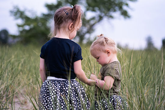 baby-girls-holding-hands-twins